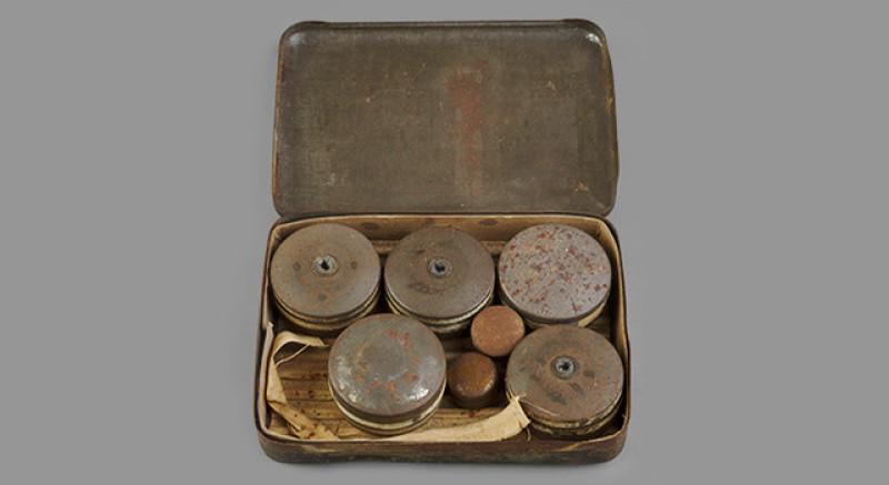 Boîte de 6 crève-pneus. Matériel de sabotage utilisé par le SOE (Special Operations Excutive) créé par Churchill en juillet 194
