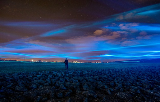 515x330_waterlicht-daan-roosegaarde-dessine-grande-vague-bleue-flottant-pres-trois-metres-sol